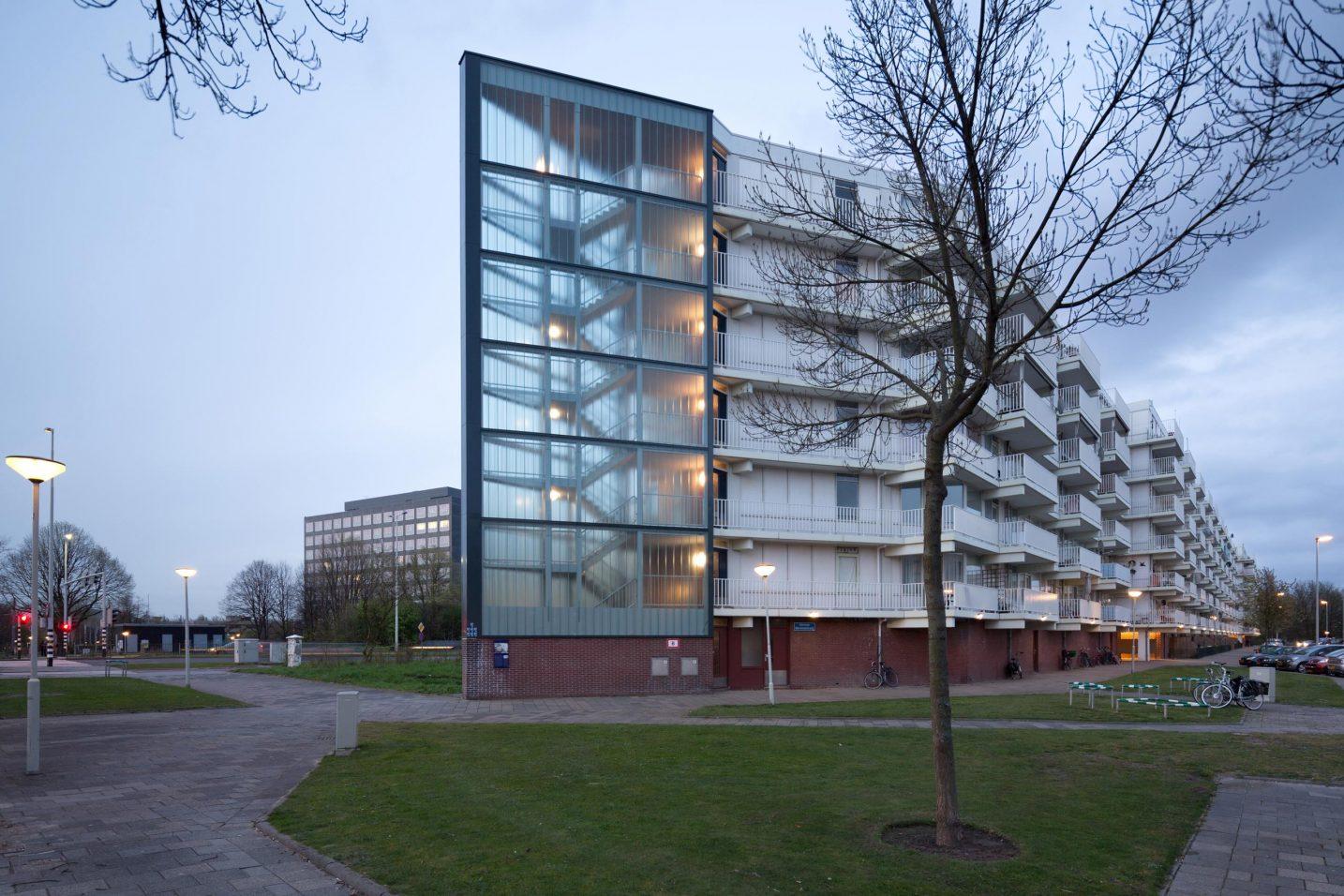 gerenoveerd trappenhuis (westzijde) met nieuwe glasgevel